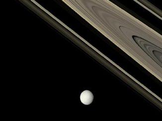Una luna al borde de los anillos de Saturno